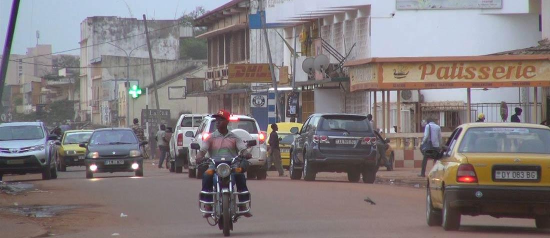 La circulation sur l'une des principales voies du centre de la capitale centrafricaine Bangui, le 22 septembre 2014. La ville connaît une relative accalmie, mais continue d'être en proie à la violence depuis que les forces anti-Balaka ont chassé les milices Seleka en décembre 2013. (VOA / Bagassi Koura)